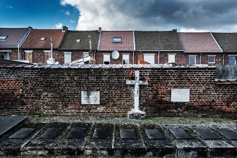 Het oude kerkhof vlak bij het ziekenhuis van Jolimont en het voetbalstadion. Beeld Tim Dirven