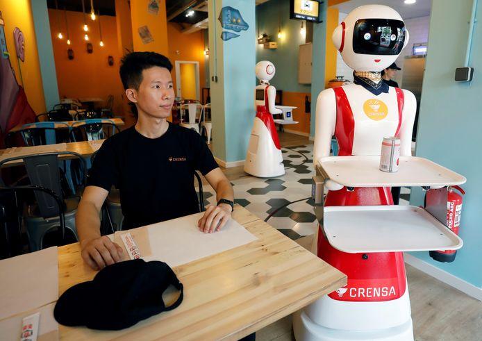 Een robotserveerster in restaurant Crensa in Valencia. In Nederland zijn we het nog niet zo gewend, maar in andere landen worden al veel vaker robots ingezet .