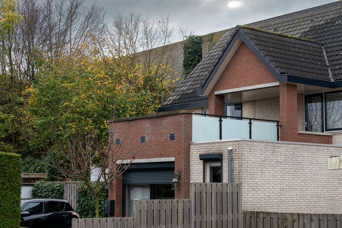 Bewoners van woningen aan de Weerdenborch blijven in onzekerheid over sloop en verbreding van de A2. De huizen staan tegen de wal aan.