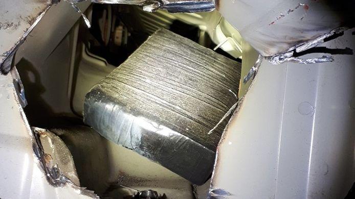 Een vrouw (43) vervoerde in haar auto zestien kilo cocaïne.