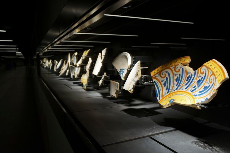 Ancient Roman plates are on display in the San Giovanni underground station of Rome's brand new third metro line, Thursday, April 6, 2017. The metro station, set to open early next year, will double up as museum, boasting a display of archaeological remains brought to the surface during the new line's excavation, that passengers will admire as they head to their trains. (AP Photo/Andrew Medichini) Beeld AP