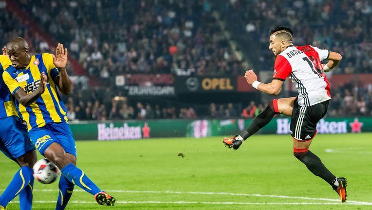 Feyenoord-speler Bilal Basacikoglu (rechts) scoort de 2-1 met schot vlak langs FC Oss speler Dominique Kivuvu. Beeld Pro Shots