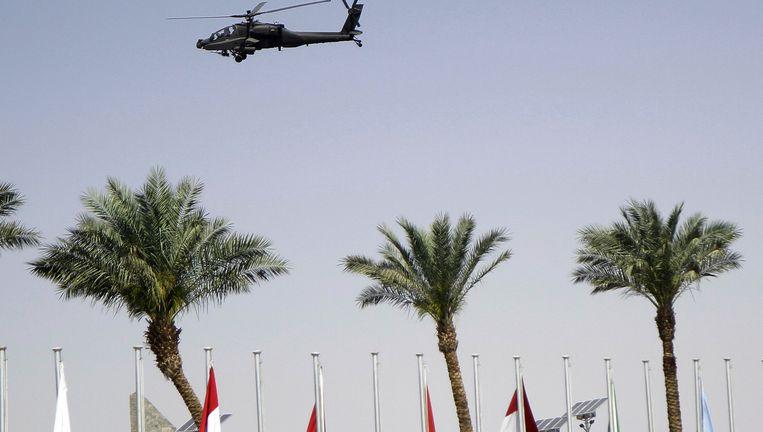 Een helikopter patrouilleert boven de badplaats Shar el Sheikh in Egypte waar de leiders van de Arabische Liga bijeen zijn gekomen voor een top. Beeld ap