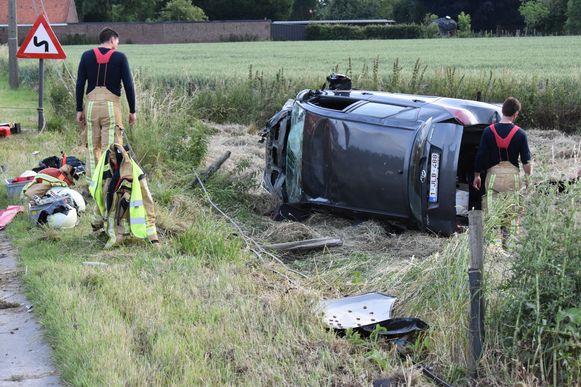 De twee inzittenden werden door de brandweer bevrijd uit hun wagen.