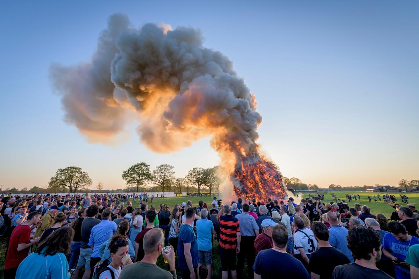 Het paasvuur van Espelo, in 2019, toen het door de droogte 'maar' acht meter hoog mocht.