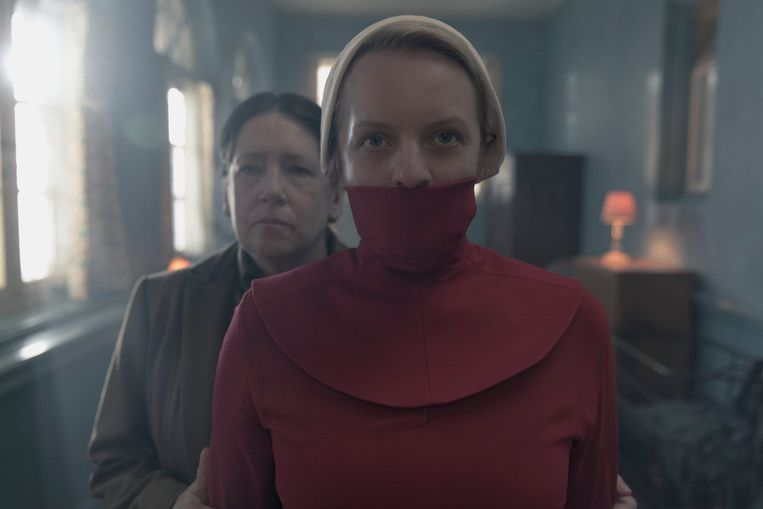 Elisabeth Moss als dienstmaagd Offred in de tv-serie 'The Handmaid's Tale'. Beeld Photo News