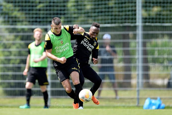 Matus Bero (links) vecht op de training in Oostenrijk een duel uit met Thulani Serero.