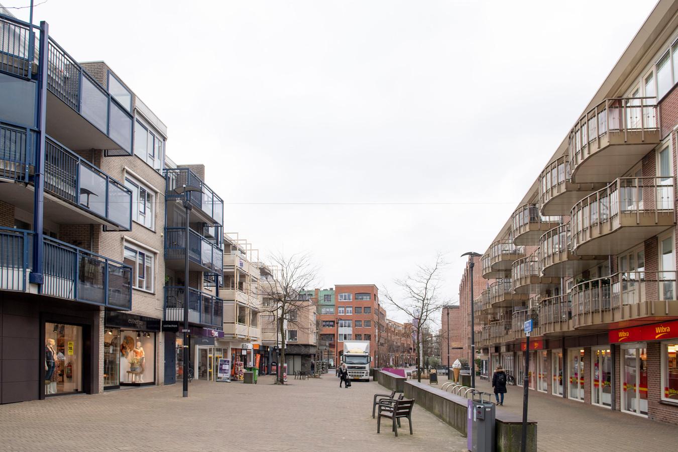 Een ingrijpende herinrichting moet de  Willem-Alexanderstraat in het centrum van Nijverdal redden