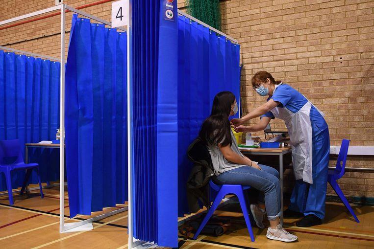 Het vaccineren van Britten is in volle gang, zoals hier in Cardiff. Beeld AFP