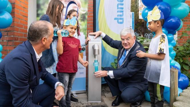 Het eerste watertappunt op schoolplein is geopend: 'Jonge kinderen drinken te weinig water'