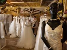 Kringloop verkoopt nieuwe trouwjurken voor een prikkie: 'Bruiden stralen in jurk die ze normaal niet kunnen betalen'