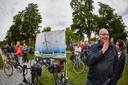 Tegenstanders van het windpark in Neede protesteren voor het gemeentehuis in Borculo.