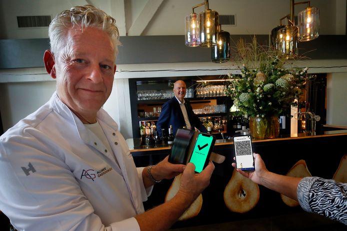 René Tichelaar, eigenaar van restaurant De Gieser Wildeman, scant een QR-code van de CoronaCheck-app.