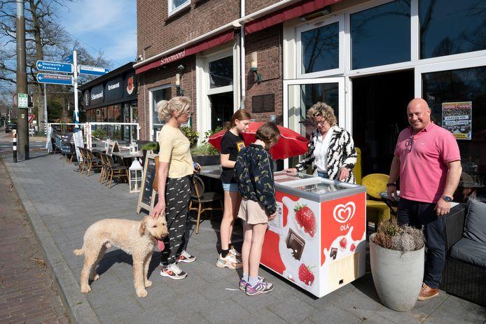 Robert van Silfhout van restaurant Schoonoord in Oosterbeek heeft zijn terras al staan. Zolang dat nog niet open mag, heeft hij een ijsverkooppunt ingericht, zodat met dit zonnetje nog wat valt te verkopen en te eten.
