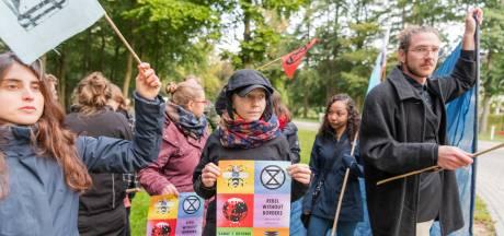 Tientallen activisten protesteren op terrein van KNVB in Zeist bij ontbijt met bankiers en ondernemers