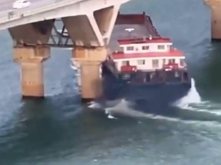 Het schokkend moment waarop enorm vrachtschip brug ramt