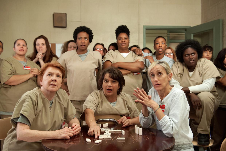 Scène uit de Netflix-serie Orange is the New Black. Volgens schrijver Stella Bergsma moeten vrouwen hun duistere kant meer laten zien. Beeld JoJo Whilden/Netflix