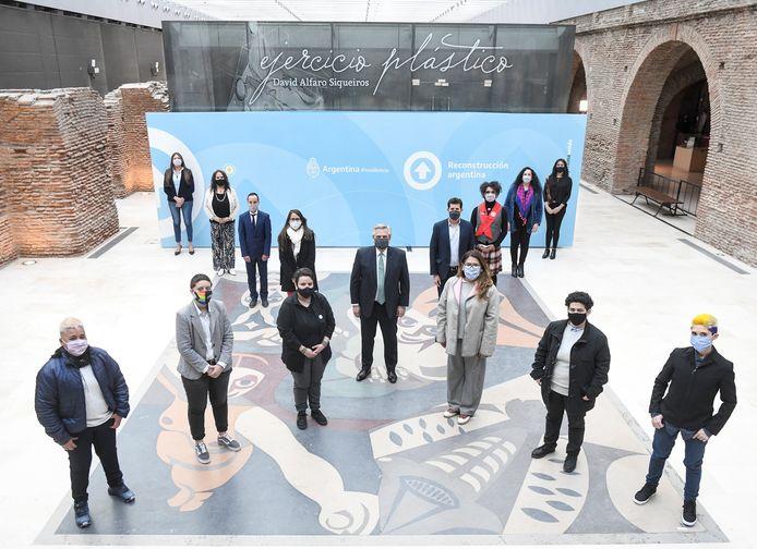 De Argentijnse president Alberto Fernández (midden) met vertegenwoordigers van maatschappelijke organisaties tijdens de bekendmaking van het inclusieve beleid.