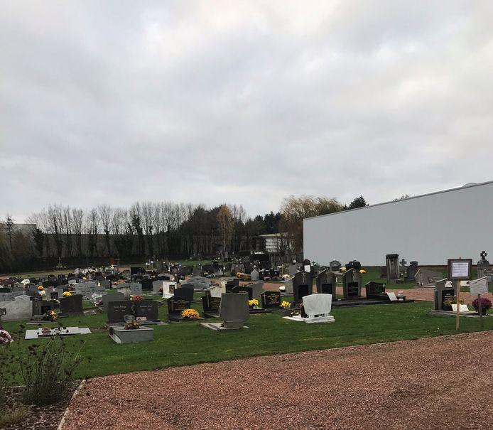 Op het kerkhof in Wortegem komt een overdekte afscheidsruimte.