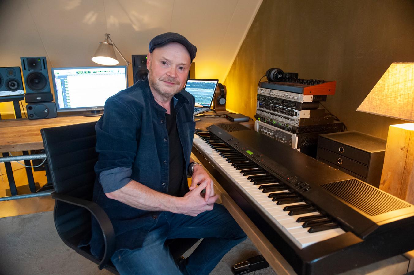 Den Bosch. Bas van den Heuvel uit 's-Hertogenbosch, muzikant, producer en muzikaal leider van diverse bekende Nederlandse artiesten