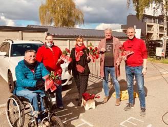 Vooruit deelt 300 rode rozen uit aan bezoekers van zondagsmarkt als alternatief voor 1 meiviering
