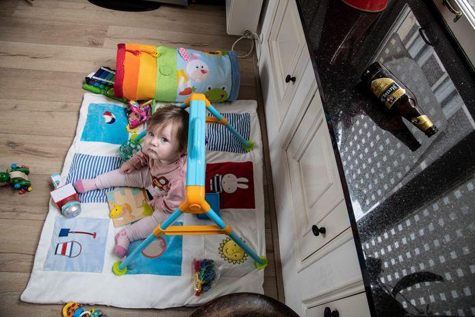 Bij Eva van Broekhoven, wonende in de Begijnenstraat in de Benedenstad is zaterdag een bierfles door de ruit gegooid. Haar baby Jitske zat op dat moment onder het raam op de grond te spelen.