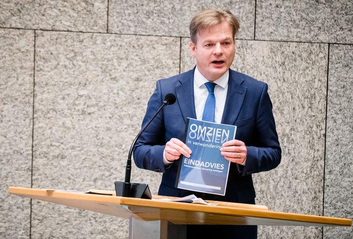 Pieter Omtzigt (CDA) met het eindrapport van de Adviescommissie Uitvoering Toeslagen tijdens een debat over het stopzetten van de kinderopvangtoeslag. Naar aanleiding van de problematiek rondom de toeslagenaffaire onderzoekt het kabinet alternatieven voor de toeslag.