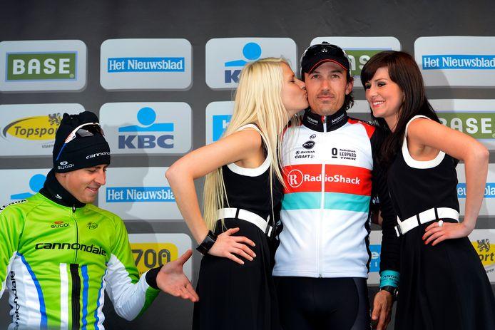 Terwijl Fabian Cancellara de kussen krijgt, knijpt Sagan in de poep van de podiumdame.