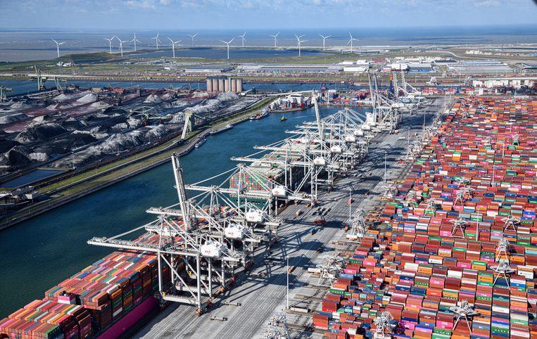 Door tekorten aan zeecontainers is het vervoer van een container van Sjanghai in China naar Rotterdam zes keer duurder dan een jaar geleden. Behalve hogere transportkosten jagen ook stijgende energieprijzen de inflatie op. Beeld Hollandse Hoogte /  ANP
