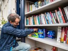 Gratis maandverband en tampons bij de minibieb van René uit Deventer: 'Er is veel menstruatie-armoede'