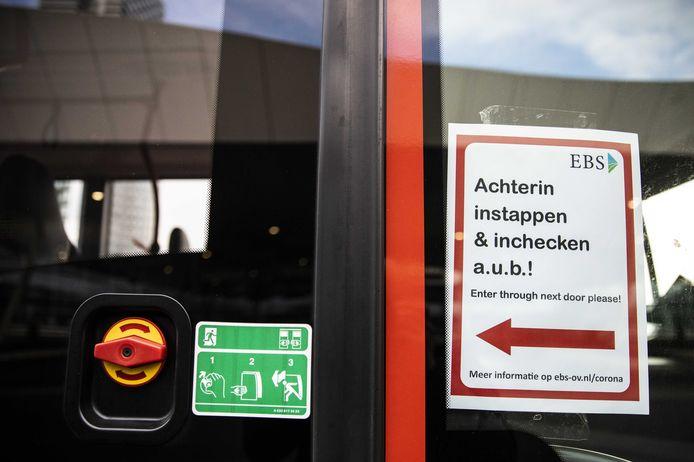 Busondernemingen vragen passagiers om niet voorin de bus te stappen om de buschauffeur zo veel mogelijk te beschermen tegen het coronavirus.