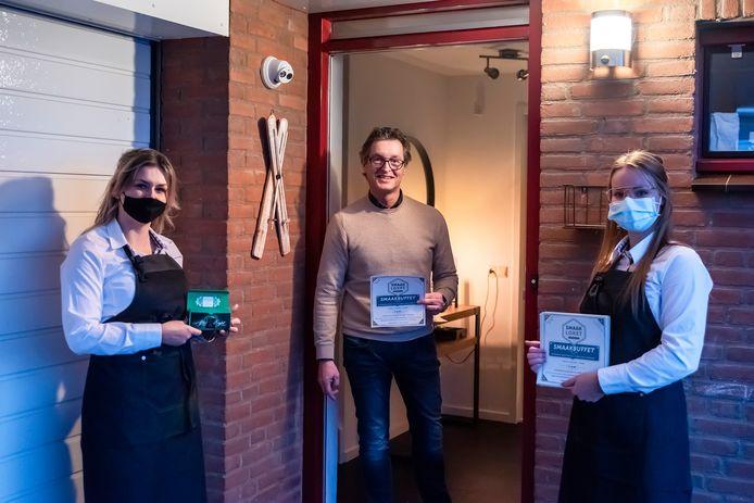 Lotte (Links) Doortje (Rechts) delen een After Eight uit bij wethouder Hans Wierikx