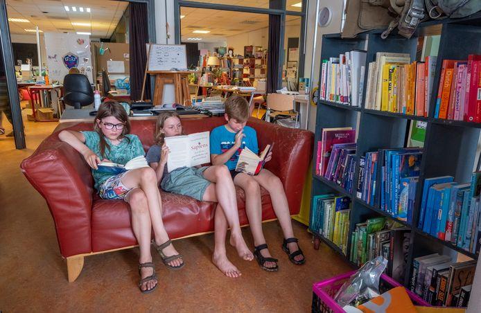 De Agoraklas van het Montesori College krijgt al les in dorpshuis de Mallemolen. Roemer, Finn en Roman krijgen leesles.