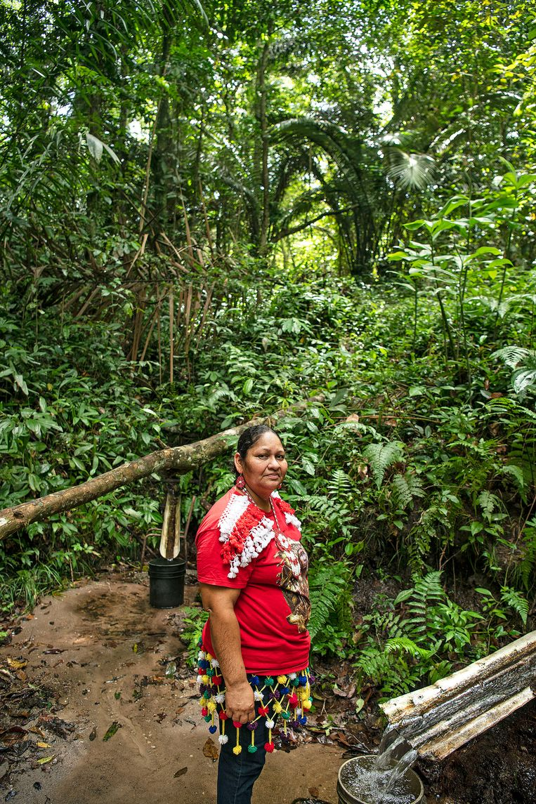 Dorpshoofd Muriel Ibisilio-Fernandes bij een van de natuurlijke waterbronnen van het dorp. Beeld Guus Dubbelman / de Volkskrant