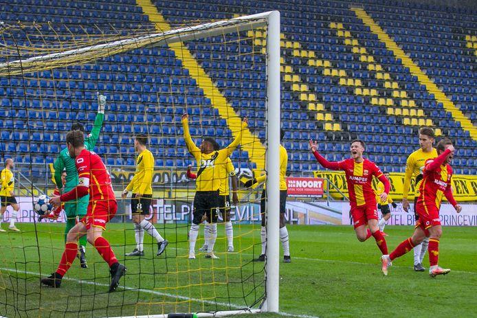 Jeroen Veldmate haalt de bal uit het net nadat hij Go Ahead Eagles op 0-1 heeft gebracht.