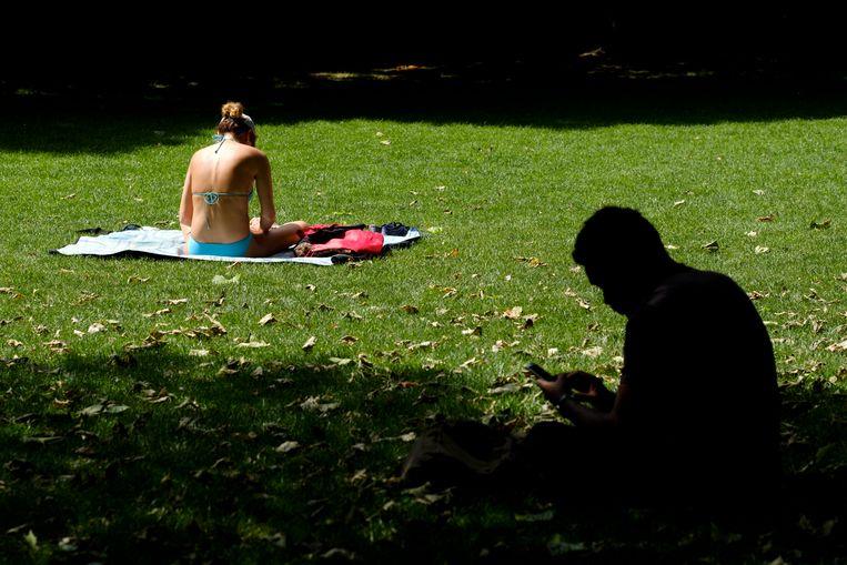 In bikini genieten van de zon in het Brusselse Jubelpark? Vanaf volgende week kan het opnieuw. Beeld Photo News