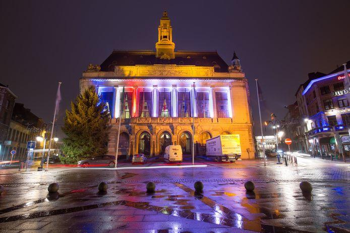 Hôtel de Ville de Charleroi photographié de nuit avec des éclairages et lumières de Noël
