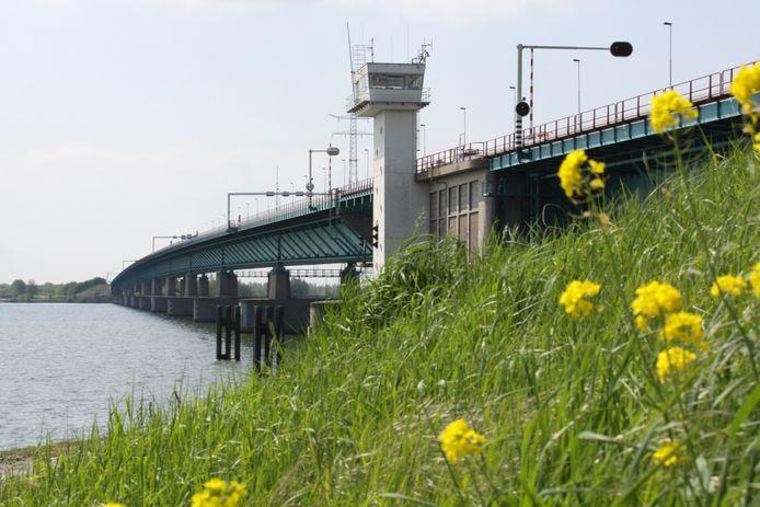 De Haringvlietbrug, gezien vanaf de oever bij Numansdorp. Achter de bedieningstoren zit het beweegbare deel van de brug.