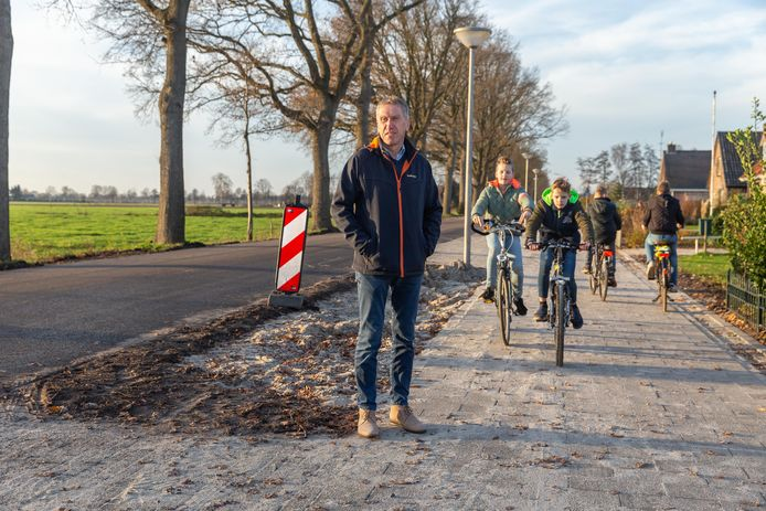 Roelof Tuin neemt een kijkje bij het eerste deel van het fietspad langs de Mr. J.B. Kanlaan in Punthorst dat nu grotendeels af is.