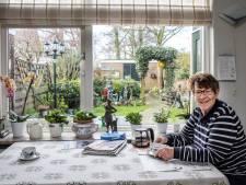 Fia (77) geniet na al die jaren nog steeds van de eik voor haar huis