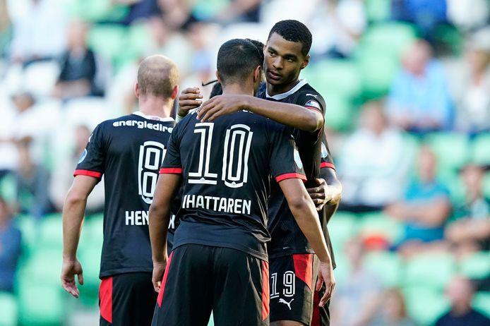 Mohamed Ihattaren en Cody Gakpo vieren de 1-3 van PSV in Groningen.