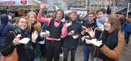 Stad deelt 70 taarten uit voor vijfde verjaardag Restorestje