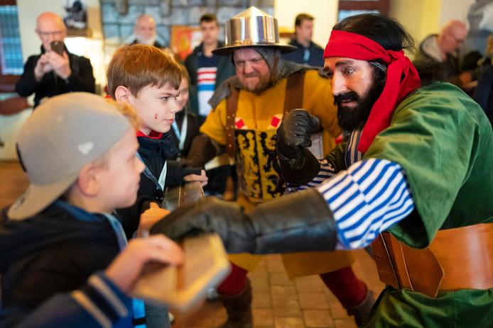 Grote Pier en de Sergeant van Gelre  van House of Wax vechten in de ridderzaal een robbertje met jonge bezoekers.