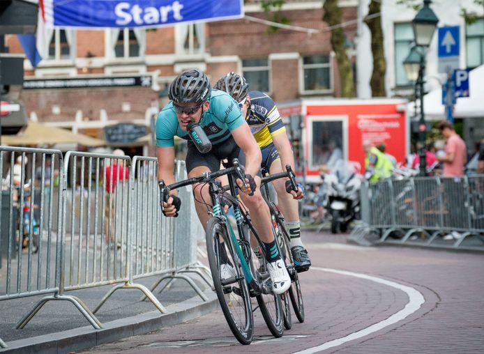 Pjotr Havik onderweg naar de finish bij de Ronde van het Ginneken. Hij ligt een ronde voor op Kelvin Bakx, de fietser achter hem die als derde eindigt.