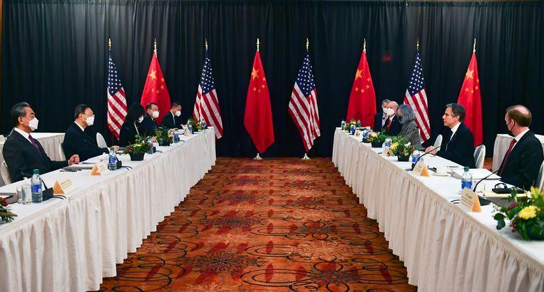 De Chinese (links) en Amerikaanse delegaties tegenover elkaar tijdens de openingssessie van de gespreken tussen de VS en China in het Captain Cook Hotel in Anchorage, Alaska. Beeld AP