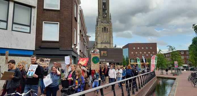 Ongeveer 400 mensen liepen in een klimaatmars door Arnhem.
