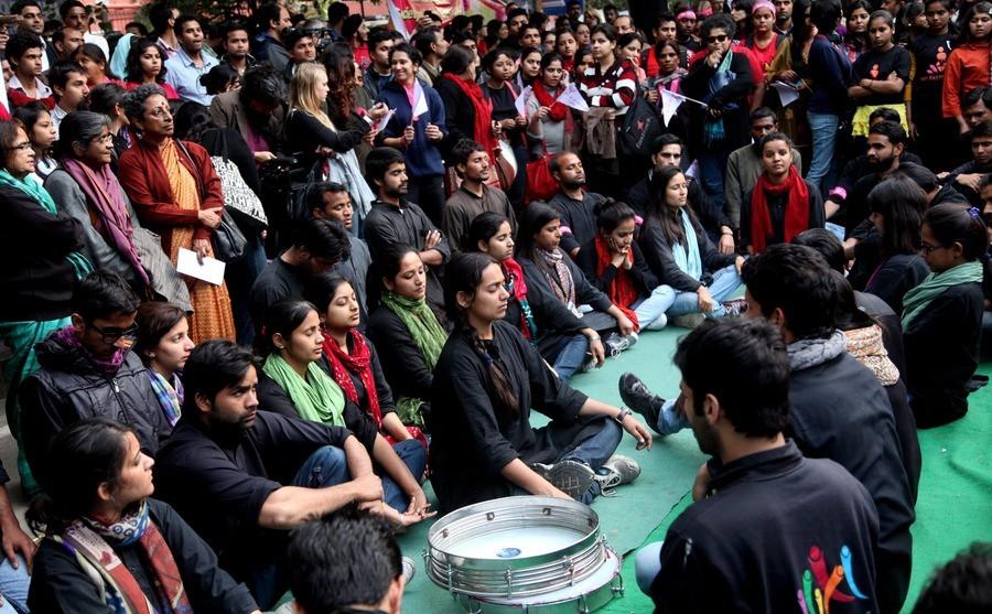 Indiase activisten houden een actie om geweld tegen vrouwen onder de aandacht te brengen.