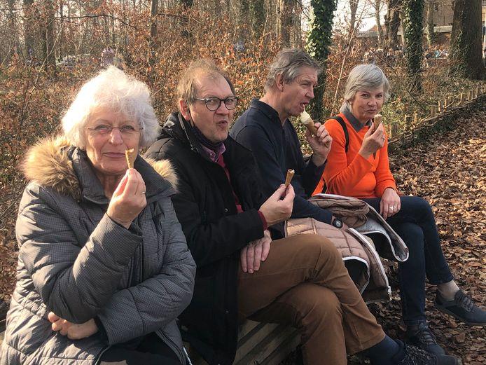 Agnes Spaey, Frank Staessens uit Aartselaar en Nadine Maes en Leo De Maeyer uit Oostende kwamen speciaal met de trein naar Testelt om in Averbode een ijsje komen te eten.