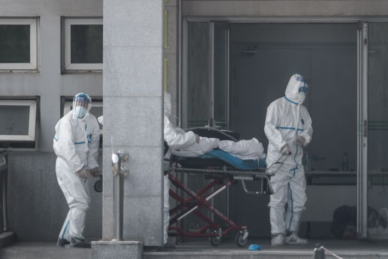 Medisch personeel begeleid een patiënt naar het Jinyintan-ziekenhuis in Wuhan, China.