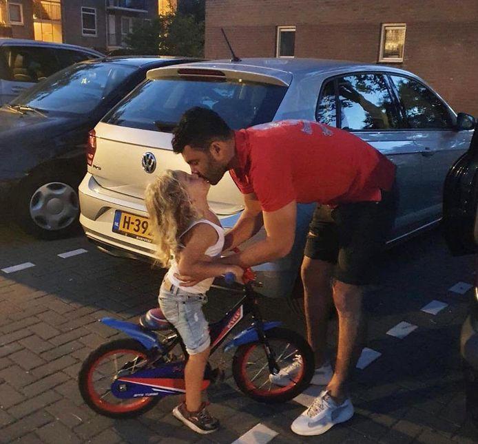 Farshad Noor met zijn zoontje, van wie hij nu ver verwijderd is. De voormalig PSV'er voetbalt in Indonesië, zijn zoontje woont in Brabant. 'Natuurlijk mis ik hem.'